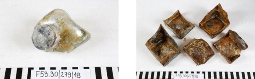 """Fragmenty butelek szklanych wraz z zakrętkami metalowymi pochodzące z wraka F53.30 """"Szklany"""", II połowa XVII wieku"""